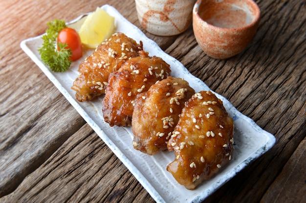 Asa de frango frito com molho picante em estilo japonês.