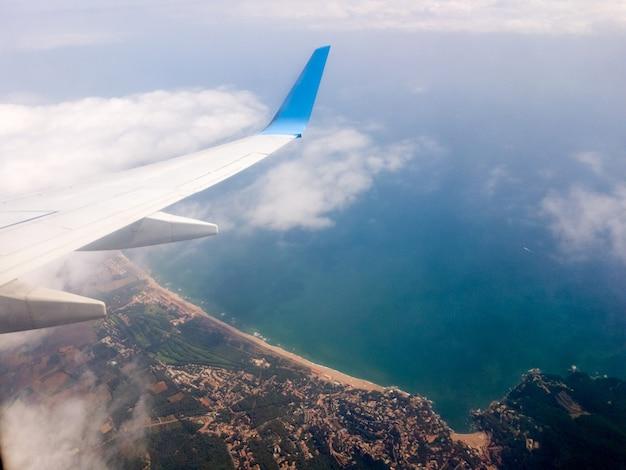 Asa de um avião voando acima das nuvens
