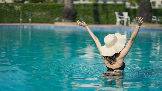Asain mulheres com biquíni desfrutar de férias de verão