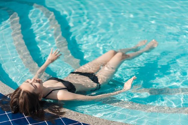 Asain mulheres com biquíni desfrutar summ er férias