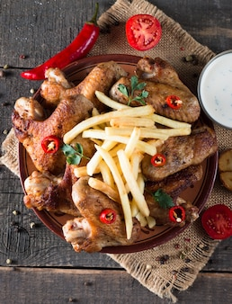 Asas de frango com batatas fritas