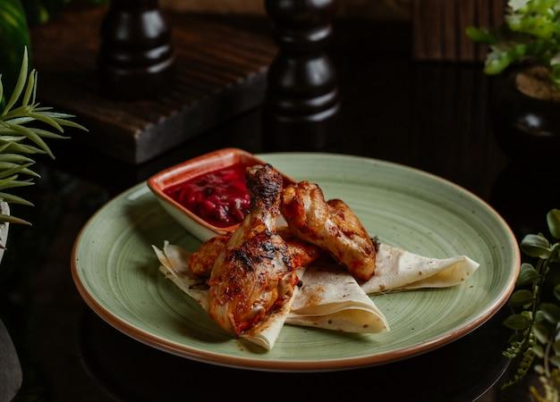 Asas de frango cozidas em molho teriyaki