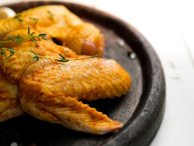 Asas de frango cozido com ervas