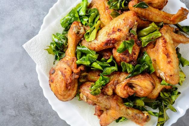 Asas de frango crocante frito com ervas