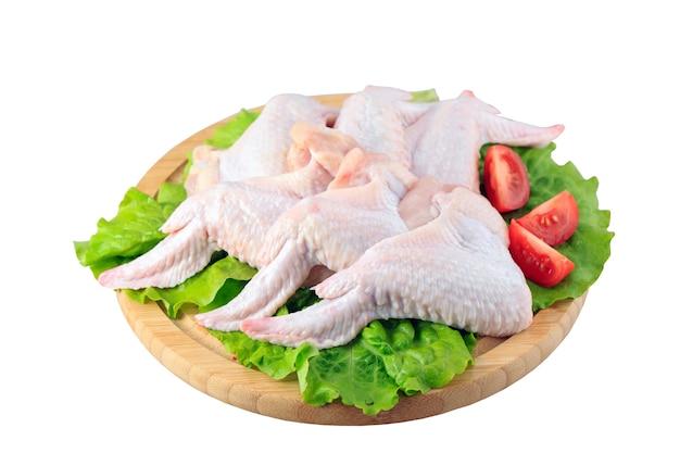 Asas de frango cru em fundo branco