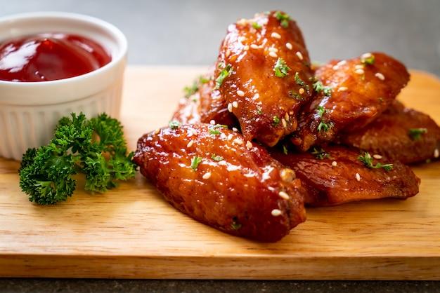 Asas de frango de churrasco com gergelim branco