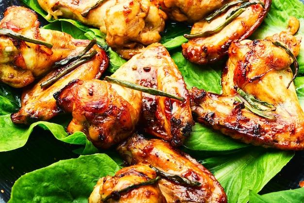 Asas de frango fritas em molho teriyaki. carne de frango apetitosa