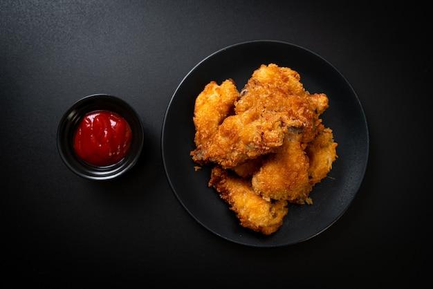 Asas de frango frito com ketchup