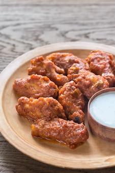 Asas de frango frito com molho de queijo azul