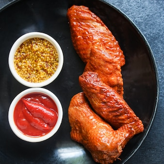 Asas de frango frito defumado carne