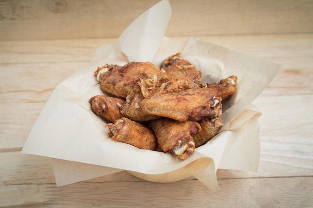 Asas de frango frito e alho crocante no prato