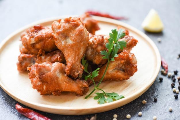 Asas de frango frito na chapa de madeira