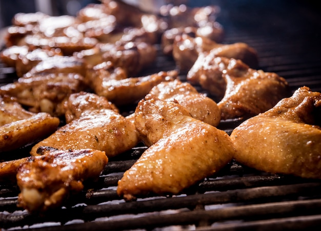 Asas de frango frito no churrasco de grelha. restaurante.