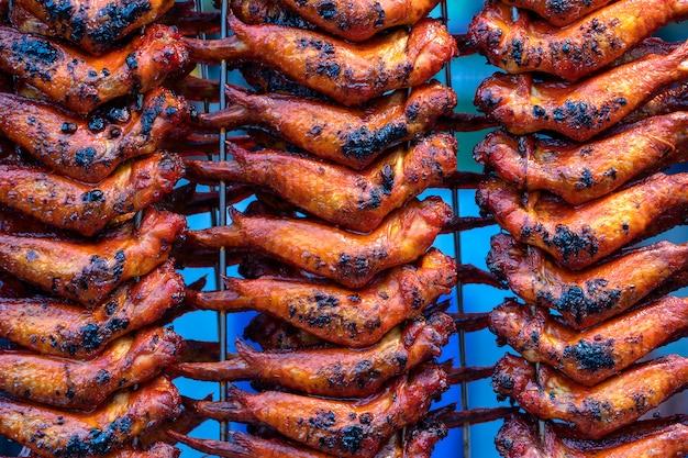 Asas de frango frito no mercado de comida de rua em kota kinabalu, malásia