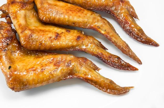 Asas de frango grelhadas em fundo branco