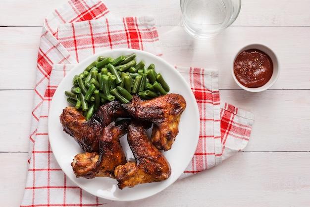 Asas de frango grelhado com feijão verde