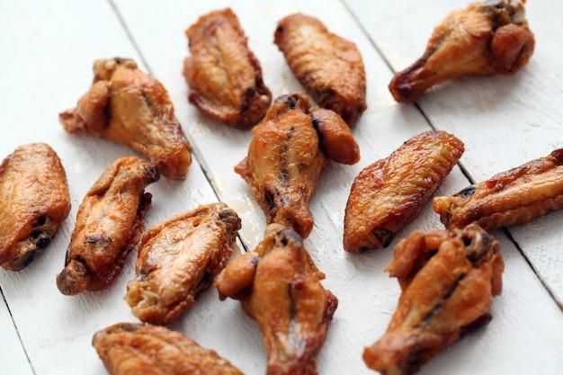 Asas de frango grelhado em uma mesa branca