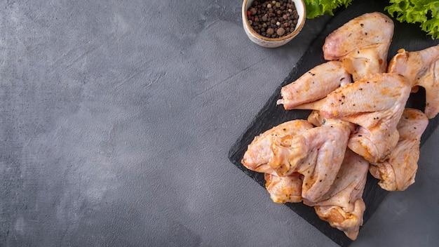 Asas de frango marinadas cruas prontas para cozinhar. vista do topo,