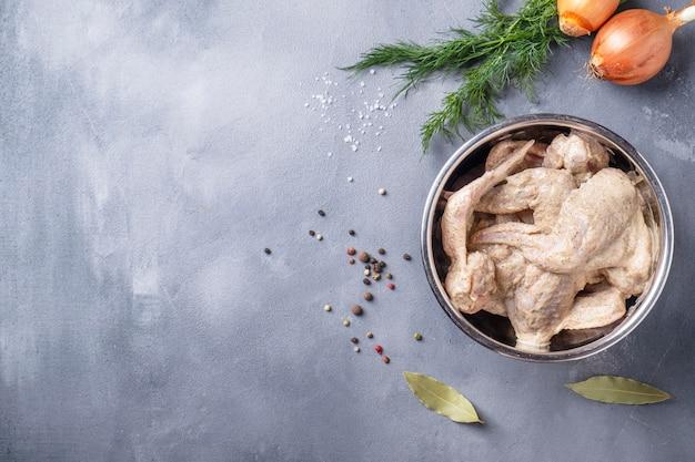 Asas de frango marinadas prontas para cozinhar