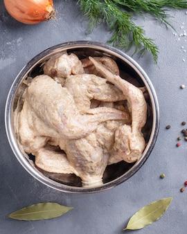 Asas de frango marinado em uma tigela