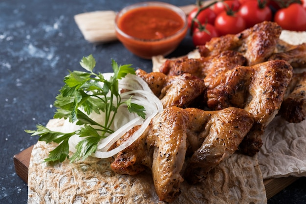 Asas de frango para churrasco com molho vermelho