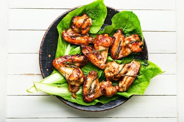 Asas de frango saborosas fritas em molho teriyaki. asas de frango assadas