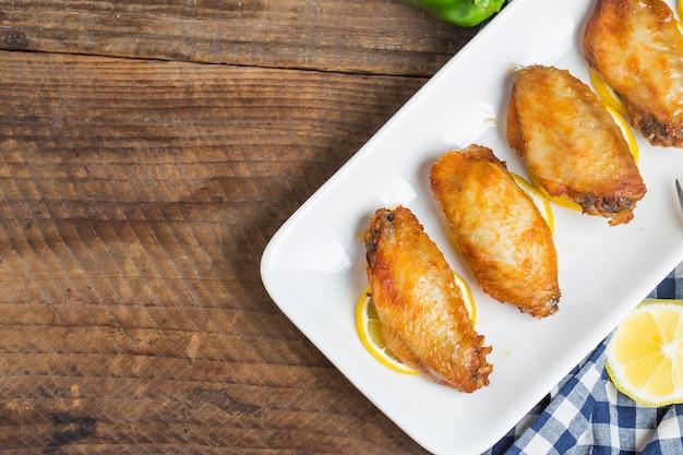 Asas de frango saborosos com limão