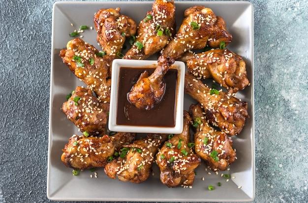 Asas de frango teriyaki com molho barbecue