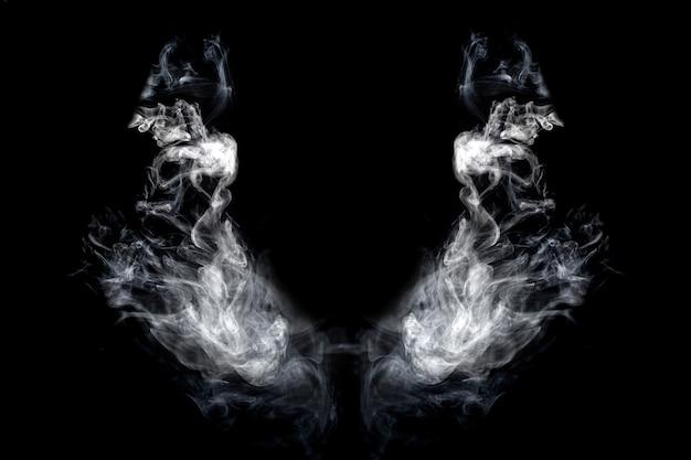 Asas de fumaça em um fundo preto isolado