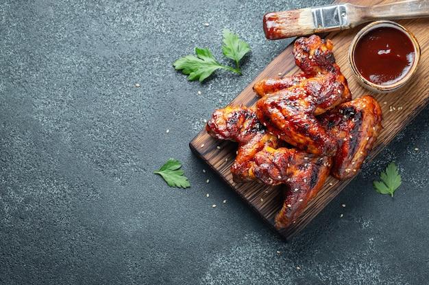 Asas de galinha cozidas no molho de assado.