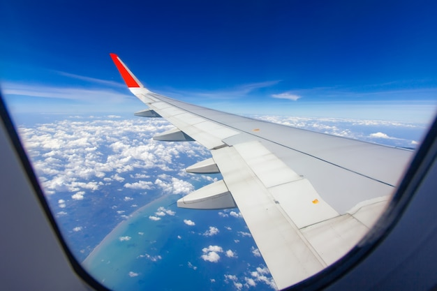 Asas do céu e nuvens brancas voando sobre phuket, tailândia