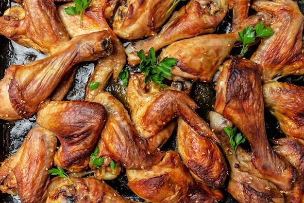 Asas e pernas de frango assado. fundo de receita de comida. fechar-se.
