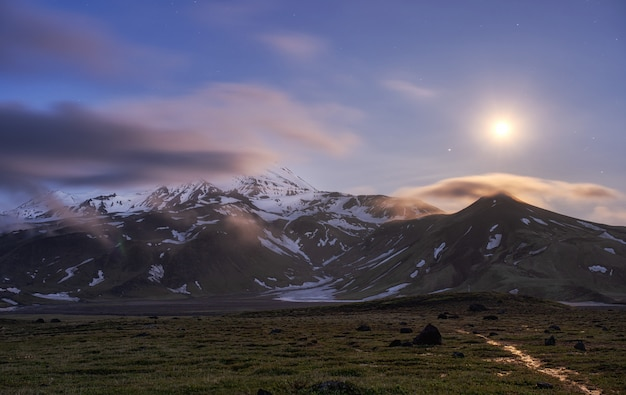 Ascensão da lua sobre a montanha. kamchatka, vulcão zimina oval