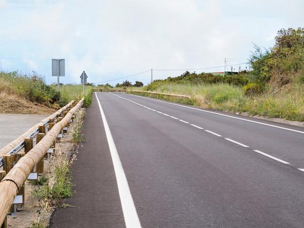 Asfalto da estrada e arredores naturais