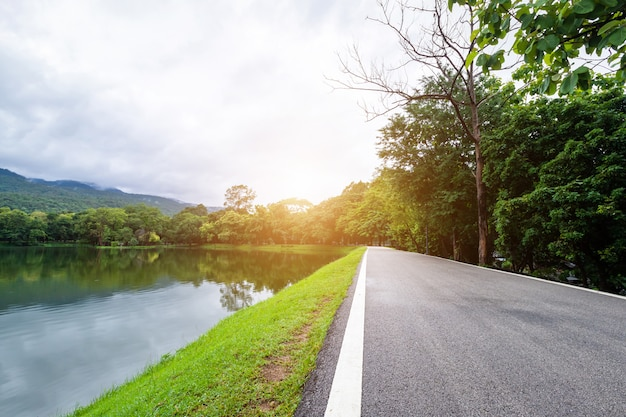 Asfalto preto cinza estrada paisagem vista para o lago