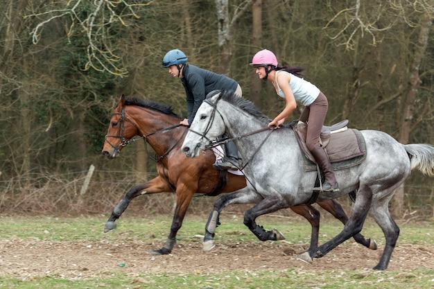 Ashurstwood, west sussex / uk - março 26: passeios a cavalo perto de ashurstwood west sussex em 26 de março de 2011. duas pessoas não identificadas