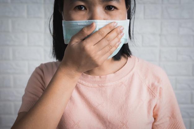 Ásia china ou mulher tailandesa usando máscara facial para proteger o vírus da coroa