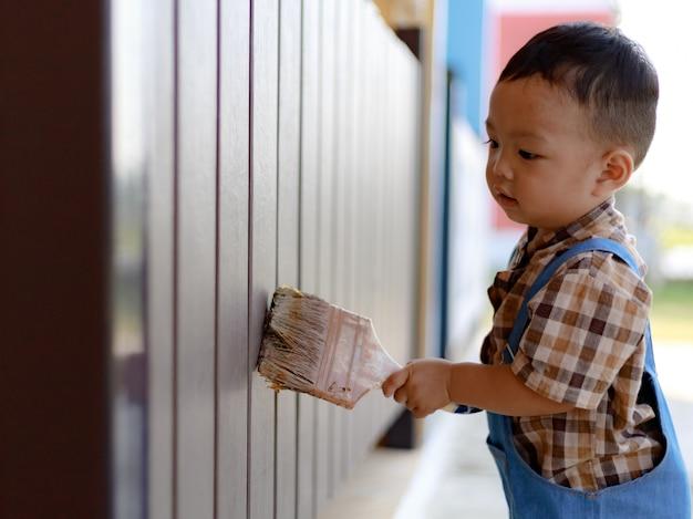 Ásia criança menino criança brincando ao ar livre