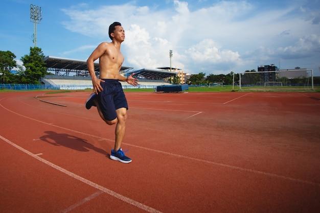Ásia forte homem correndo