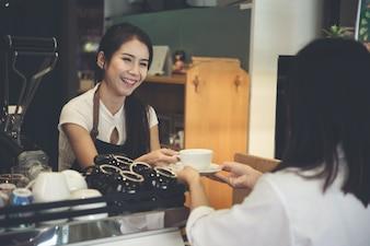 Ásia mulher barista