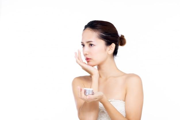 Ásia mulher jovem e bonita no vestido branco com pele fresca limpa