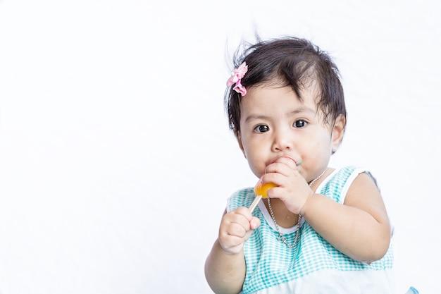 Asian bebê comendo sorvete depois que ela parar de chorar
