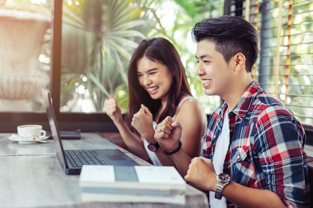 Asian feliz pessoas alegres estudando juntos no espaço de co-working