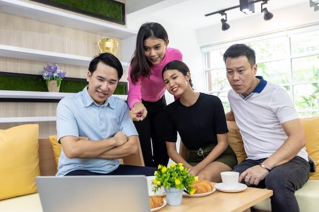 Asian freelance trabalhando