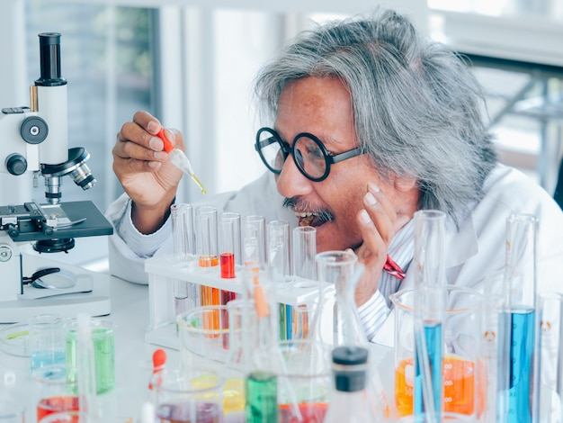 Asian senior medical research scientist trabalhando no colo