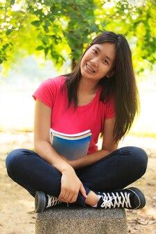 Asiática aluna em ao ar livre
