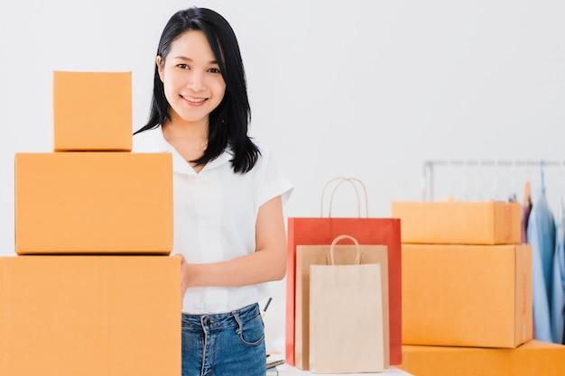 Asiática bonita capacitar mulher trabalhando com loja de negócios on-line em casa