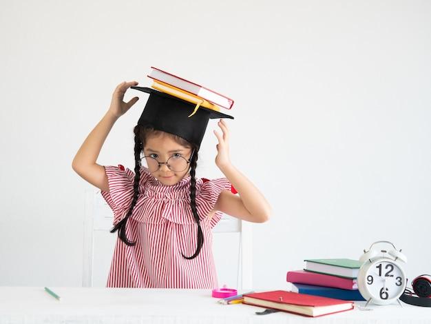 Asiática linda garota com um livro na mesa