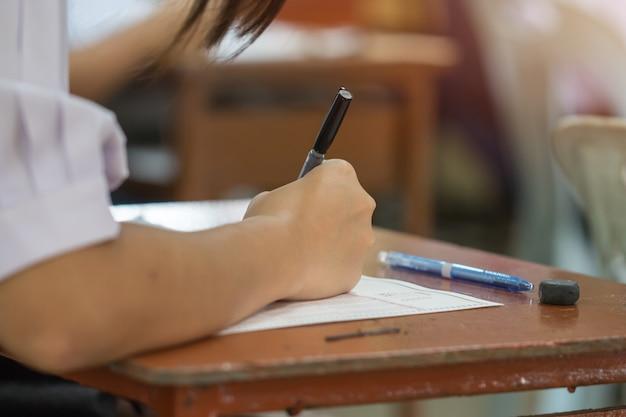 Asiática, mãos estudantes, levando, exames, escrita, exame, segurando, lápis, ligado, óptico, teste forma