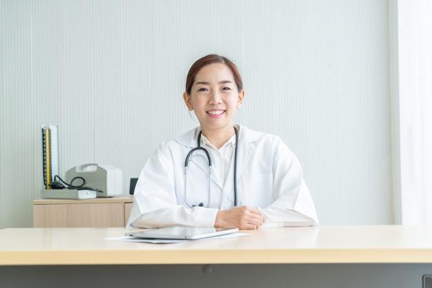Asiática médica sorrindo